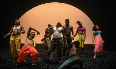 Un grupo de bailarines y bailarinas africanos en plena interpretación de esta coreografía de danza contemporánea