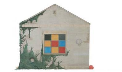 Pintura d'un edifici de fantasia amb una finestra de colors