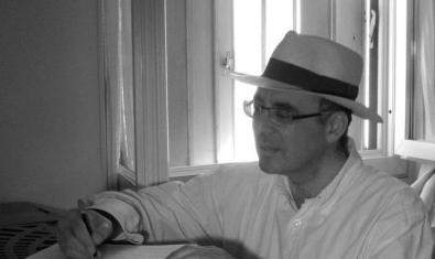Retrato del pianista con un sombrero blanco ante una ventana