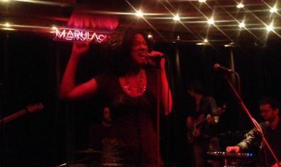 La cantante Desiree Diouf en plena actuación en una de las sesiones We Funk