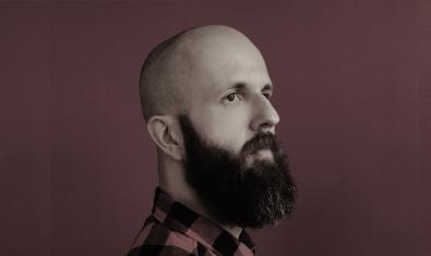 Retrat de l'artista amb el cap afaitat i barba llarga
