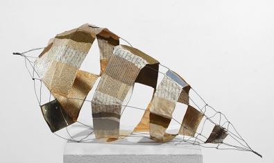 Una obra de la artista Núria Rossell que muestra una estructura en forma de caracola hecha en papel reciclado y alambre