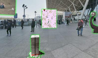 Fotografía de un espacio urbano de *Wuhan con imágenes superpuestas de varias obras de arte