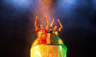 Els dos integrants d'aquesta companyia de dansa i humor, en plena representació