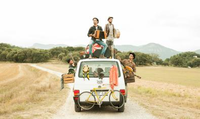 Fotografía del grupo Xiula encima de un coche
