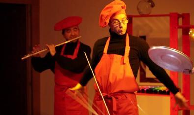 Dos de los actores músicos haciendo de cocineros