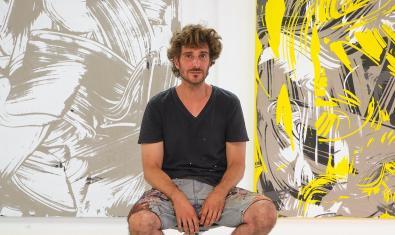 El artista retratado en su estudio ante dos de sus últimas obras