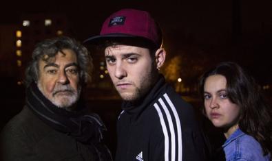 Un home adult un noi amb xandall i una gorra i una noia jove són els tres protagonistes de la representació