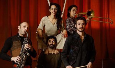 Los integrantes de la compañía en una foto de grupo con sus instrumentos musicales