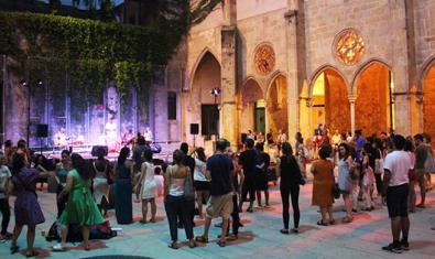 Vista del claustre de l'antic Convent convertit en escenari d'una actuació musical