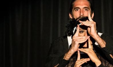 Retrat dels dos membres de la companyia utilitzant les mans per a expressar-se en escena