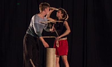 Los dos integrantes de la compañía manipulan unos bastones en un momento de la representación