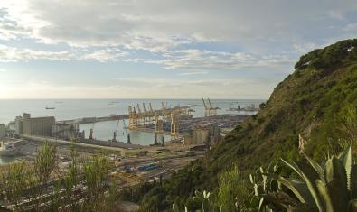 Imagen parcial de la Zona Franca y el puerto desde Montjuïc