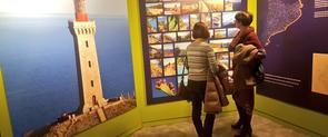 Dues visitants a l'exposició sobre els camins de ronda