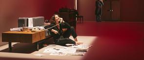 L'actriu Nora Navas en una escena de l'obra 'El quadern daurat'