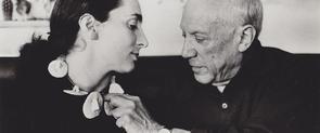 Picasso observando un collar de cerámica diseñado por él y que luce Jacqueline Roque. Archivo David Douglas Duncan