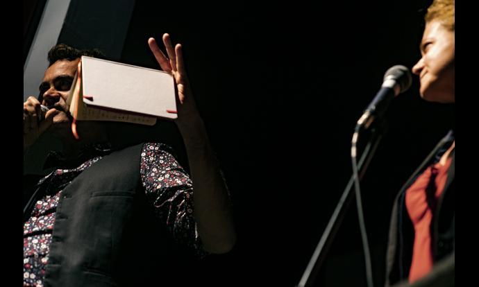 As(sol)ellats recitant els seus versos. Fotografia: Francesc Gelonch