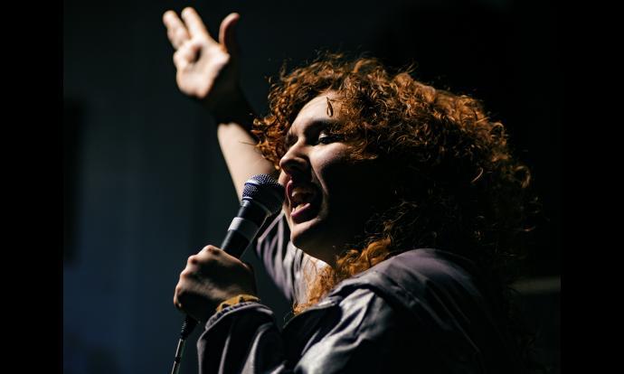 Raquel Santanera, presentadora de l'Èpic Ring, animant el públic. Fotografia: Francesc Gelonch