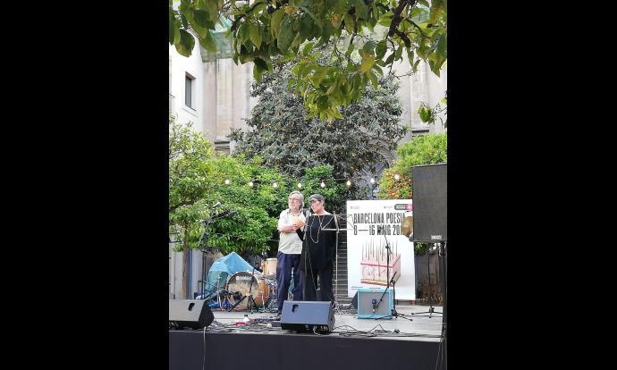 Núria Isanda i Ferran Garcia al pati de la Casa de la Misericòrdia