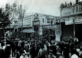 L'animació de l'avinguda del Paral•lel reflectida en una fotografia d'autor desconegut presa al principi del segle passat.