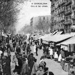 Puestos callejeros en torno al mercado de Sant Antoni, en la calle Comte d'Urgell, en una postal coloreada del segundo decenio del siglo XX