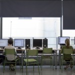 Aula d'informàtica de l'Escola Carlit, i una classe a l'Escola Pere Vila.