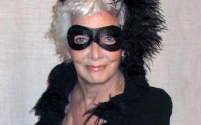 """Lluïsa Sallent, pintora y escultora, ens ha enviat la seva foto de carnestoltes amb aquesta maravellosa dedicatòria:""""Un carnaval organizado entre un grupo de amigos muy queridos logró que, incluso ya pasados los ochenta, volviese a jugar a disfraces como cuando era una niña."""
