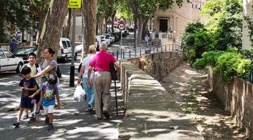 Diverses persones passegen per un carrer