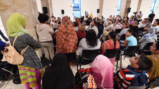Una dona amb un micròfon fa una intervenció en una reunió