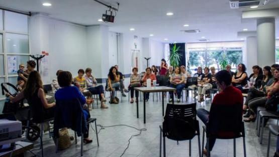 Un grupo de mujeres se reúne en una sala