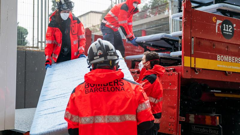 Guinardó Healthcare Pavilion. Barcelona firefighters unload bed frames from a lorry