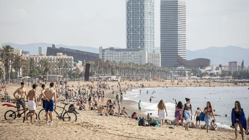 General view of Sant Sebastià, Sant Miquel and la Barceloneta beaches, with people bathing and sunbathing