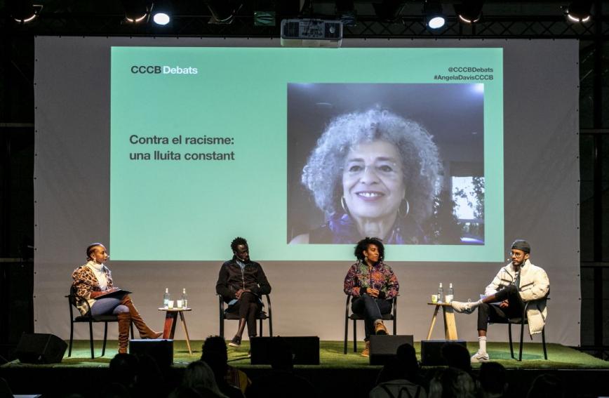 Un moment de la conversa al CCCB del mes d'octubre passat on Angela Davis va intervenir per videoconferència. D'esquerra a dreta: Isabelle Mamadou, Marra Junior, Basha Changuerra i Jeffrey Abé Pans. © Edu Bayer