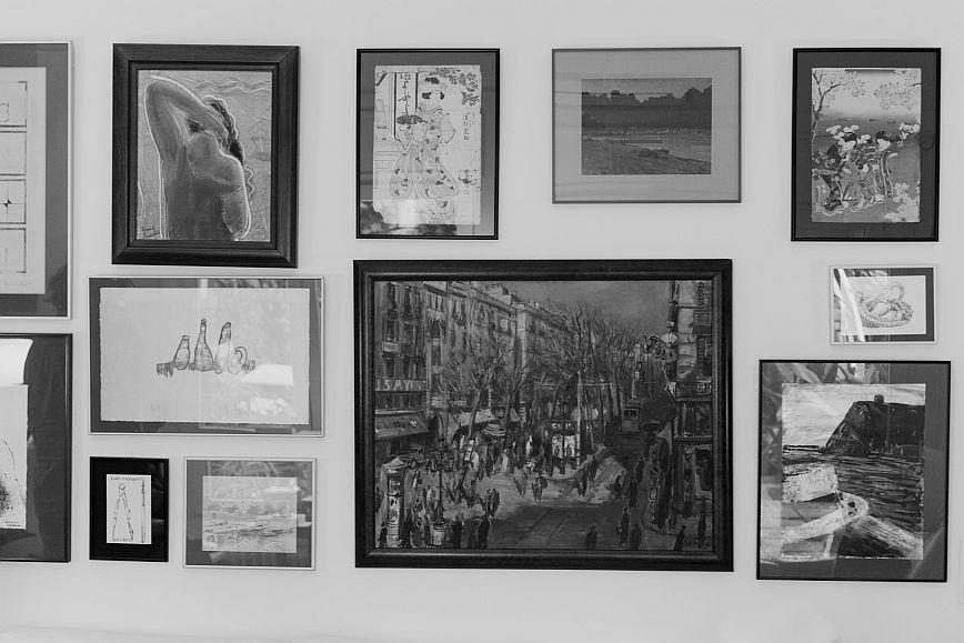 Una paret amb quadres a casa del poeta Joan Margarit © Camilla de Maffei