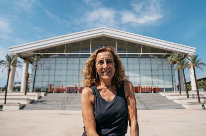Carme Portaceli al davant de l'entrada principal del Teatre Nacional de Catalunya. © Clara Soler Chopo