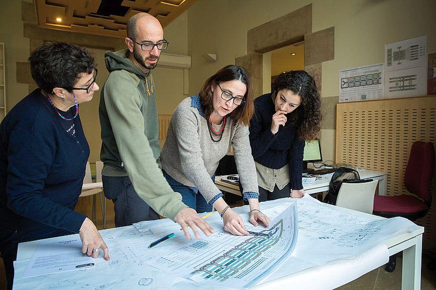 Itziar González revisant aspectes del projecte de millora amb membres del seu equip, als baixos del Palau de la Virreina. Foto: Pere Virgili