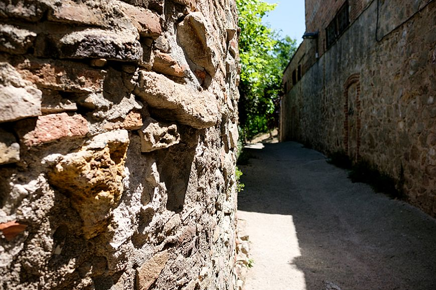 The passage Passatge València is what remains of the Old Road to Valencia, a medieval road of Roman origin. © Arianna Giménez