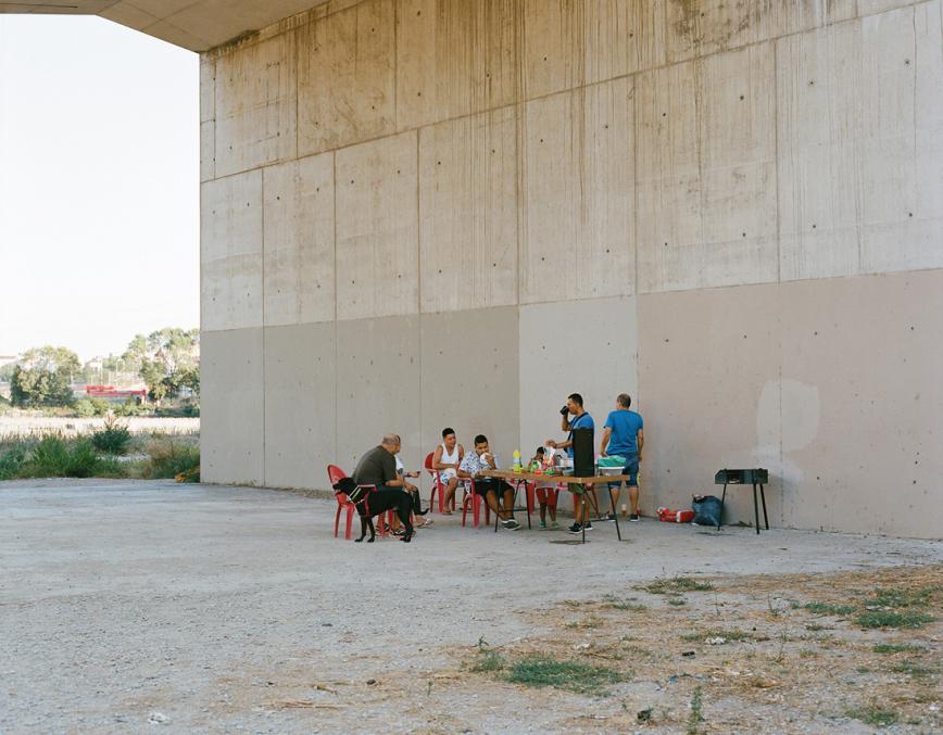 El pont del Congost del Besòs, inaugurat a finals del 2005, uneix el barri de Vallbona amb Torre Baró i Ciutat Meridiana. Algunes famílies aprofiten per reunir-s'hi a sota i compartir un àpat. © Myriam Meloni i Arnau Bach