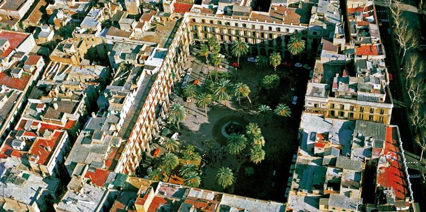 Vista aèria de la plaça Reial, cap al 1988. © Arxiu Fotogràfic de Barcelona / Autor desconegut.