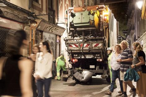 Un camió recull les escombraries en un carrer de Ciutat Vella. © Curro Palacios Taberner