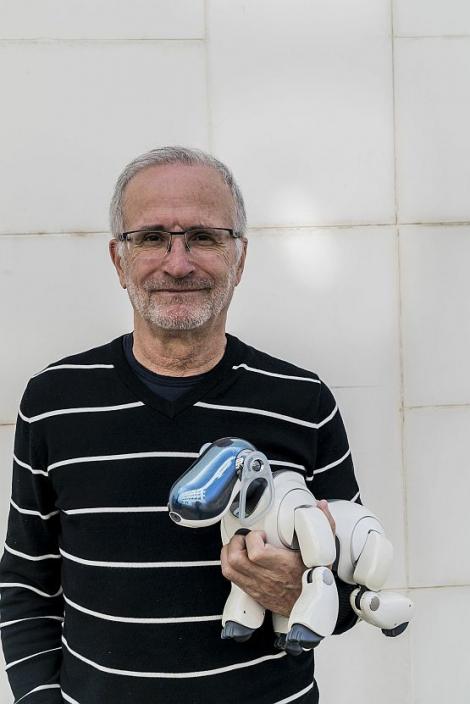 López de Mántaras sosté sobre el braç esquerre un robot en forma de gos © Curro Palacios Taberner