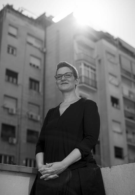 Retrat de Laura Huerga en un balcó. © Clara Soler Chopo