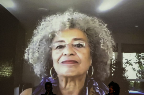 Imatge d'Angela Davis a la pantalla des d'on seguia la conversa del CCCB a través de videoconferència. © Edu Bayer