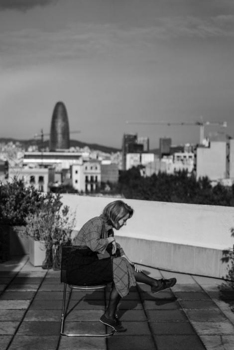 Alba Sotorra en el terrat on s'ha fet l'entrevista, amb vistes a Sagrada Família i la torre Agbar al fons. © Laura Guerrero