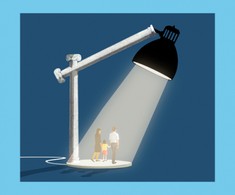 Ilustración © Eva Vázquez. Una lámpara tipo flexo ilumina a un hombre y una mujer con un niño pequeño.