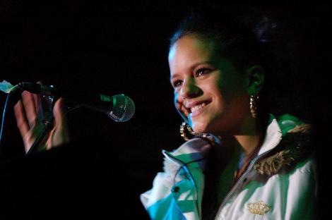 Rosalía en una actuació en els seus inicis