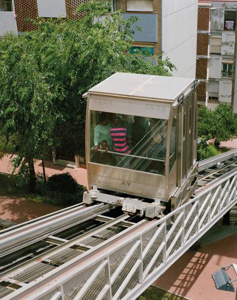 L'ascensor inclinat de Ciutat Meridiana comunica l'estació de Rodalies de Torre Baró i la parada de metro de Ciutat Meridiana de la línia 11. © Myriam Meloni i Arnau Bach