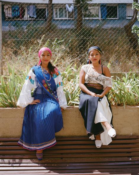 Dues integrants del grup de ball la Virgen del Quincho, anomenat així en honor a una verge molt popular a l'Equador, que assagen cada diumenge en un descampat de Ciutat Meridiana. © Myriam Meloni i Arnau Bach