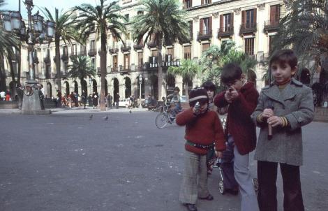 Nens a la plaça Reial el 1978. © Maria Espeus.