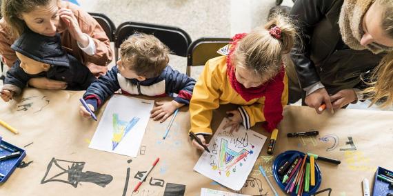 Diverses famílies participen en un taller de dibuix. © Marc Gómez